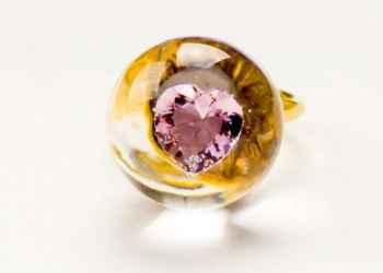 Wyjątkowy pierścionek z cyrkoniami. Modny i stylowy zakup?