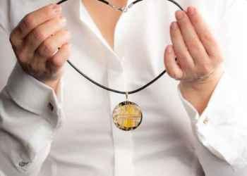 Biżuteria damska do białej koszuli. Jaka biżuteria najlepiej pasuje?